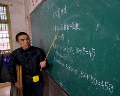 """""""双拐""""教师驻守农村39年 撑起2000余学生未来"""