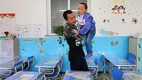 父亲背患病儿子上学 在学校当保安守护他