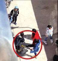 陕西十学生头像轮番殴打一女生长达5分多钟_QQ大熊余名抱女生