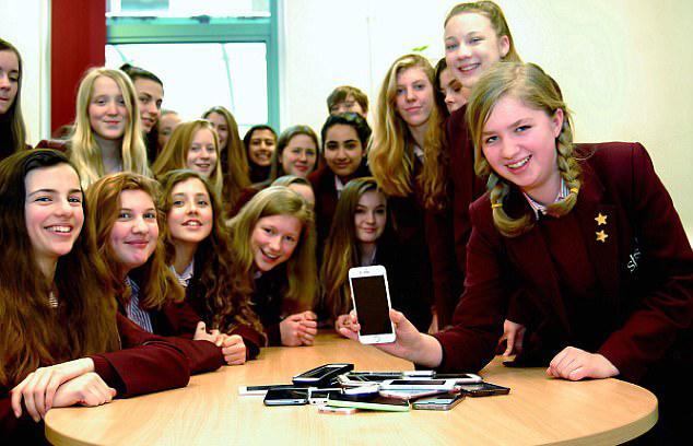 英学校禁止学生携带手机等智能设备防止沉迷网络
