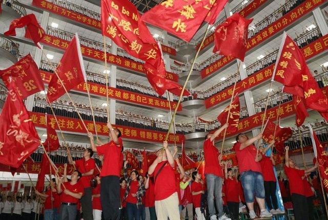 衡水一中_河北省衡水市高考学生考前振奋士气,学生们挥着旗帜,并高呼\