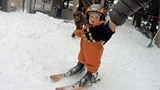 又酷又萌!1岁宝宝刚会走就能滑雪