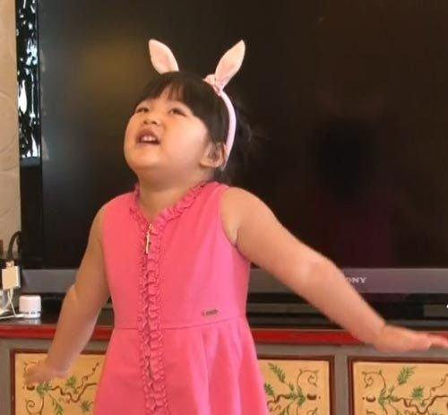 李湘女儿全身名牌被称小土豪