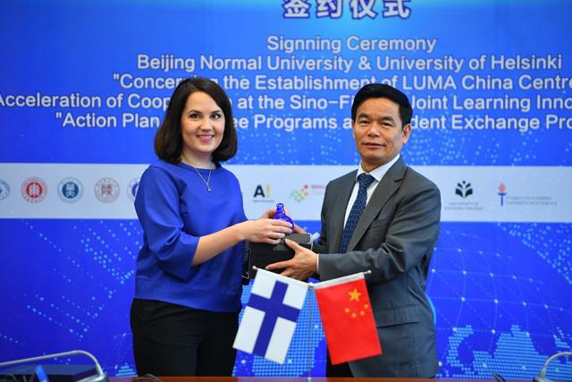 芬兰教育部部长参访北京师范大学 参观中芬教育合作成果展