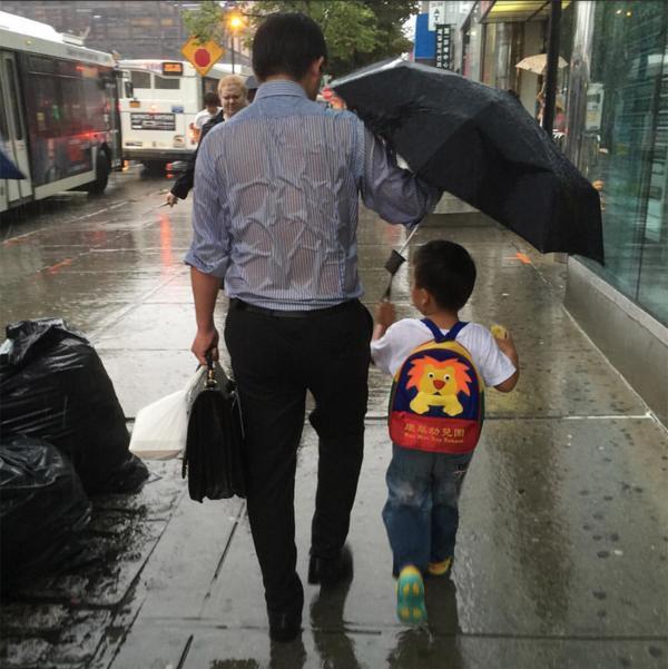 """""""雨伞爸爸""""走红:中国式父母干涉孩子太多"""