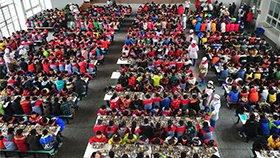 农村寄宿小学近千名学生共进午餐