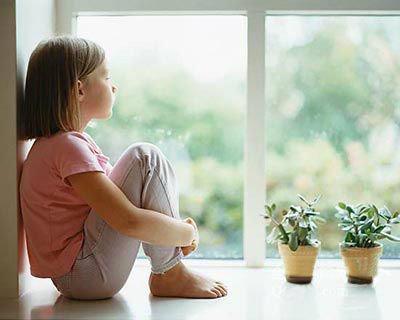 """观点:家长多点陪伴 别让孩子做暑期""""宅童"""""""