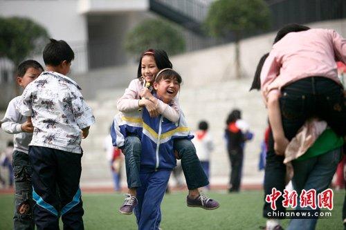 汶川地震两周年:重建学校里的欢笑声