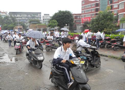 中学生骑电动车上下学成风 学校称已明令禁止