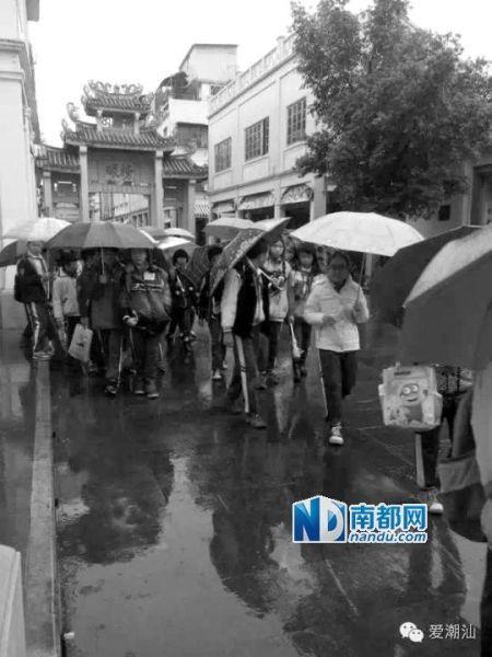 广东小学为躲验收组织超编学生冒雨外出(图)