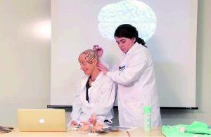 麻省理工女教授剃光头给学生讲大脑结构