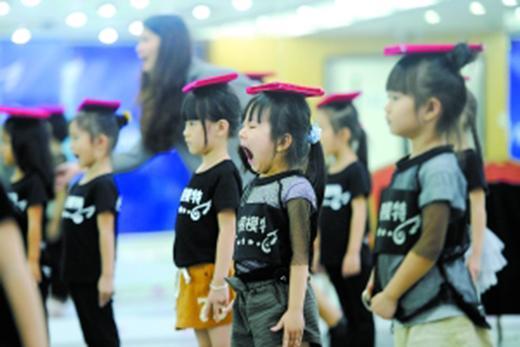 童模经济火热:有孩子5岁就月入过万,妈妈不工作做专职助手