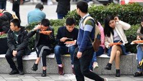 大学生求职路漫漫 中午坐地吃盒饭