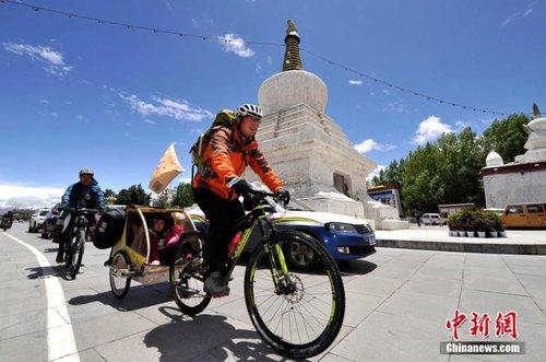"""""""80后""""父亲携女骑行环游中国"""