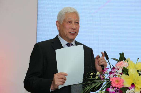 中国教育学会外语教学专业委员会理事长龚亚夫做大会发言.