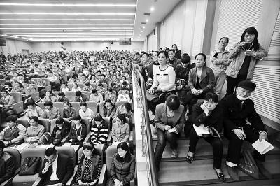 2015年全国高校河南招生联谊会在郑州外国语中学举行,现场有近千名学生和家长咨询。