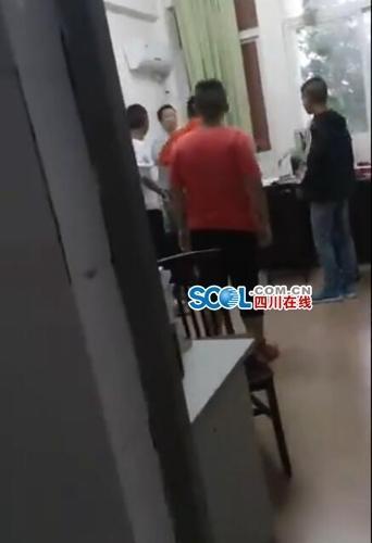 校方:办公室内围殴老师7名学生给予劝退处理