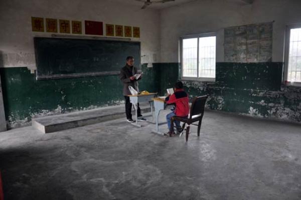 孤独村小:两老师一学生,教学依然很正规