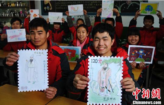 12月2日,河北邢台特殊教育学校,聋哑学生们展示亲手设计的邮票.