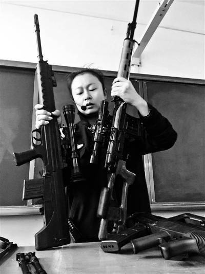 """云南警校女教师""""扛枪""""上课走红:不想成为网红"""