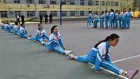 小学生课间这么玩 女生一字马接力横贯操场