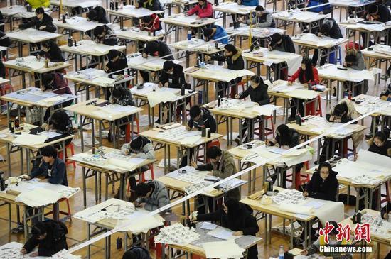 中国美院艺考生同场拼书法 场面壮观