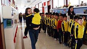 暖心!小学生不慎崴脚,女老师坚持一周抱她上下课