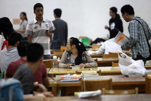 考研大战需先开始 学生凌晨图书馆外排队