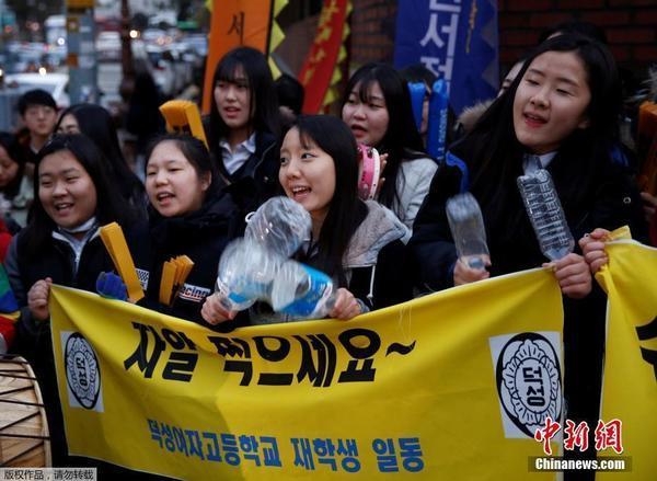 韩国高考举行 学妹学弟考场前助威