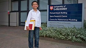 英国14岁男生成大学最年轻教师