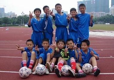 而定福庄一小的小学生足球队已成立了3年,学生体质得到提高.图片