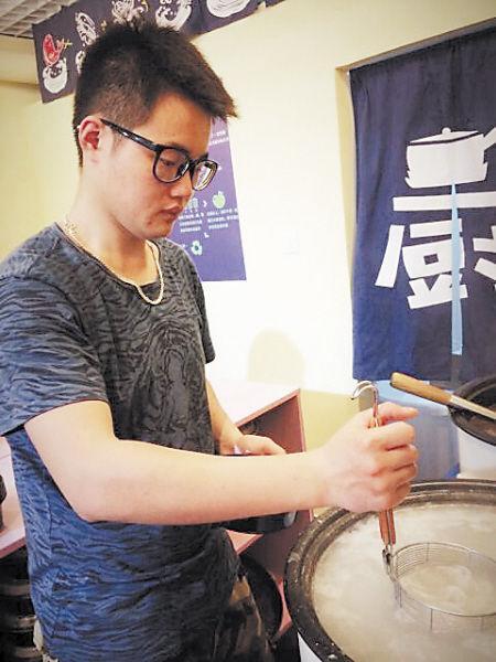 创业之初,张天一既是老板,有时又客串大厨。客人们大多不知道他是北大的硕士研究生。 张天一 供图