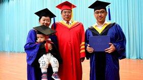 人生赢家!夫妻带着孩子参加硕士学位授予仪式