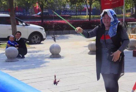 小龙虾,我们走,去恩施星汇广场吃烧烤!