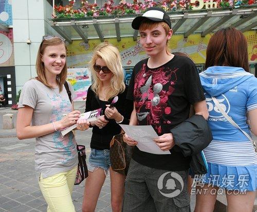 俄国美女在排队