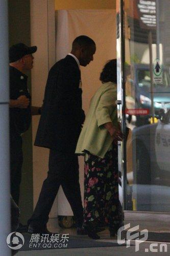 杰克逊所在医院被警察封锁 其母抵达神情悲伤