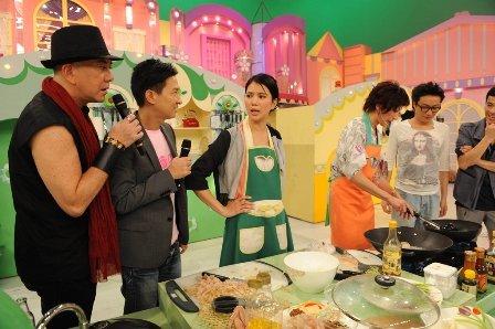 组图:袁咏仪参加《美女厨房》