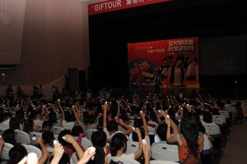 乔任梁上海举行千人聚会 带领歌迷追思杰克逊