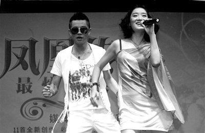凤凰传奇推新专辑 感谢纪敏佳演唱《月亮之上》