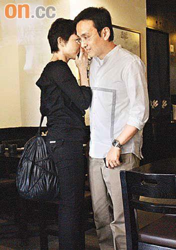 在餐厅内刘美君和邹世龙鸡啄不断,越聊越近身.图片