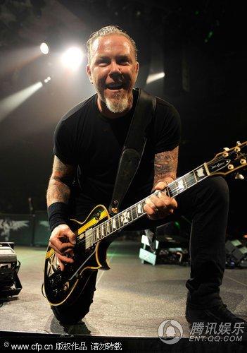 Metallica乐队火爆开唱 激情嘶吼引歌迷陷疯狂