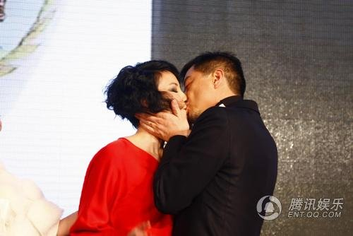 李亚鹏被起哄热吻爱妻王菲小s现场耍宝饭后几小时下水才能v爱妻图片