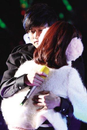 张杰演唱会延续跨年感动 佩带谢娜围巾表爱意