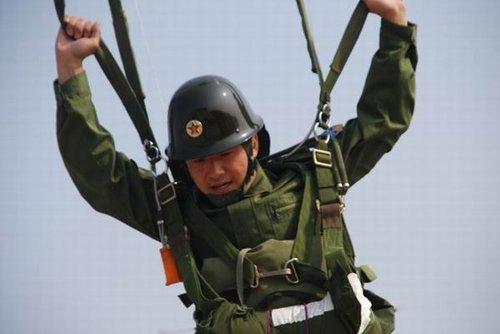 郭晓冬《成长》献出第一次 破冰跳伞开飞机(图)