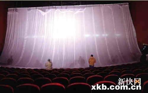 影院经理因电影《阿凡达》无法放映两度下跪