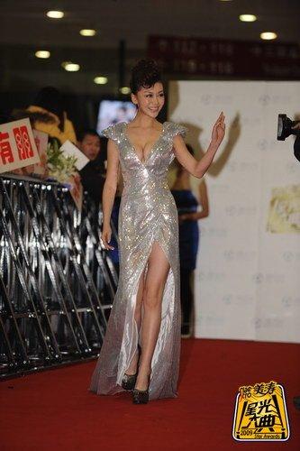美女巩新亮亮相大典红毯 礼服为量身设计