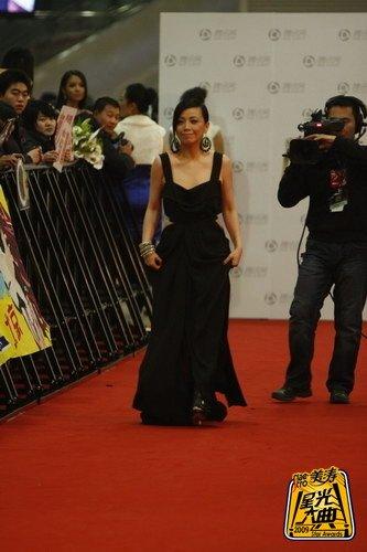 TVB女演员邓萃雯亮相红毯 黑色露背装显性感