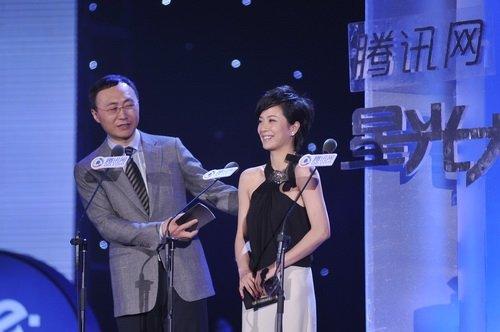 图文:演员苏岩和光线传媒总裁王长田揭晓荣誉
