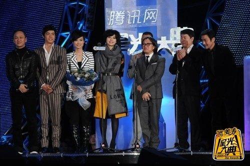 《十月围城》获年度电影 剧组成员集体登台领奖