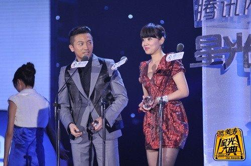 闫妮苏有朋颠覆形象获大奖 一个靓丽一个雅皮